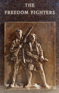 11. sz. kép: Fiatal harcosokat ábrázoló bronz dombormű a Szabadságharcos emlékmű gránit talapzatán.